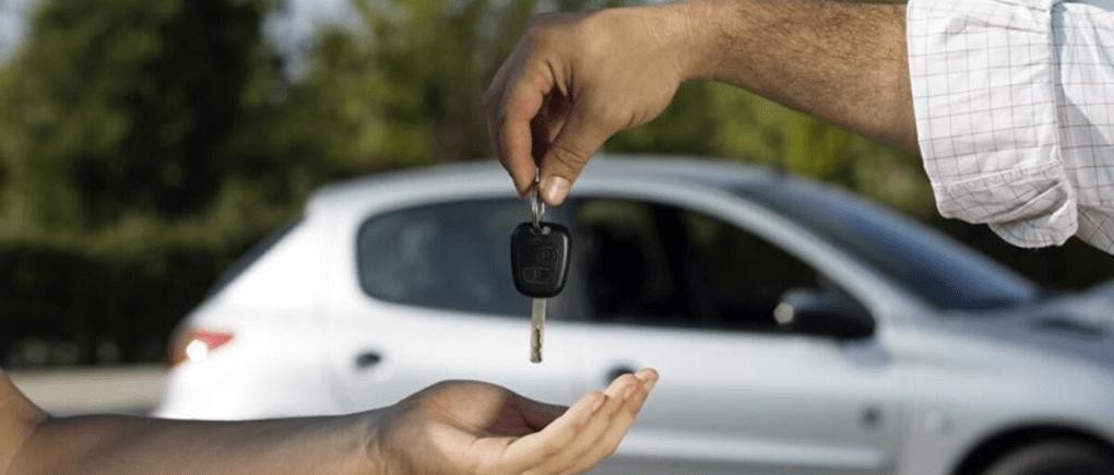 Persona entregando llaves de auto.