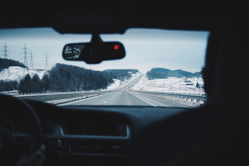 Pareja conduciendo su auto