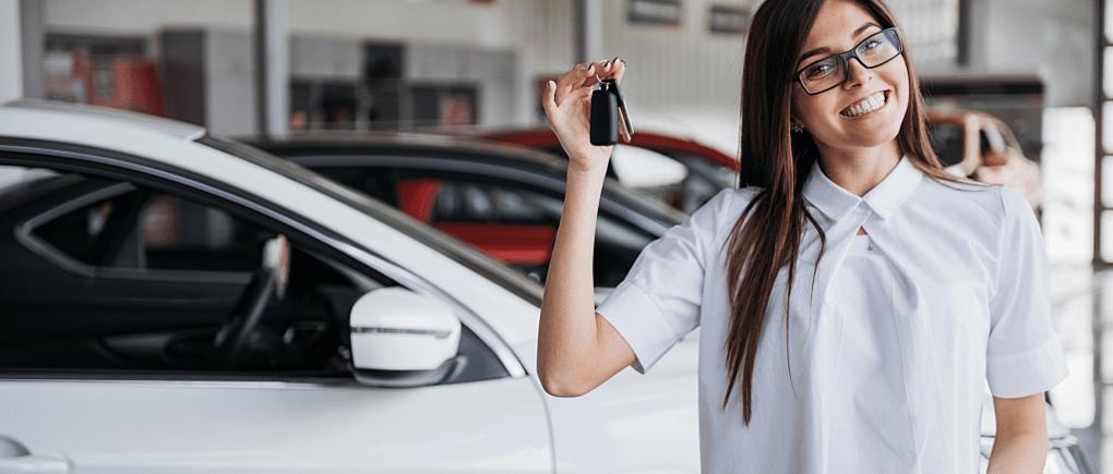 Mujer mostrando las llaves de su auto- conducción