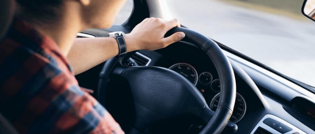 Hombre conduciendo auto