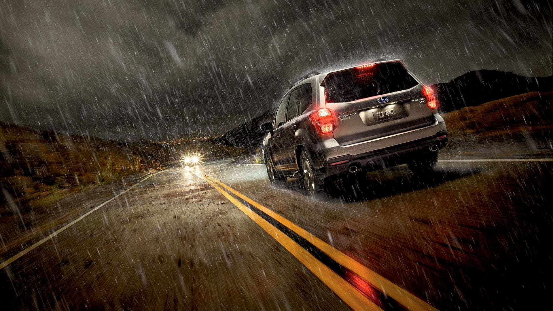 camioneta andando en la lluvia