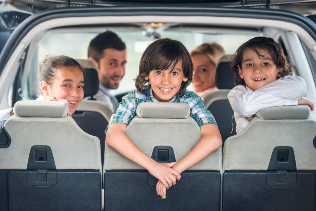 familia feliz en un coche